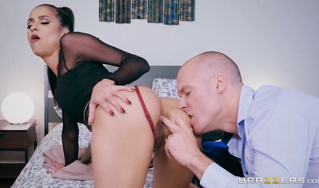 Худая коллега навестила лысого мужика и получила анальный секс