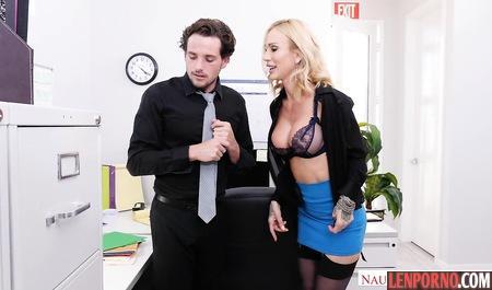 Белокурая секретарша в чулках помогла начальнику кончить
