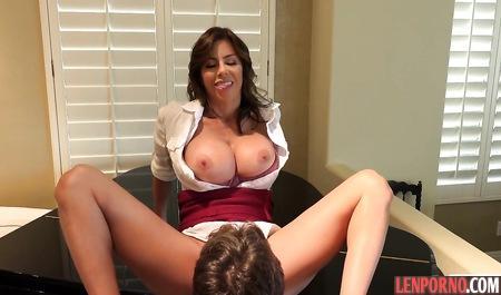 Грудастая мамка занимается сексом с сыном на двуспальной кровати