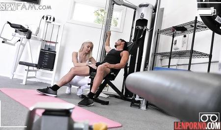 Блондинка отдалась небритому тренеру на одном из тренажеров в спортзале