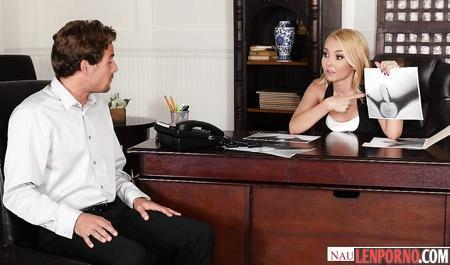 Блондинка у кружевных чулках уложила босса на стол и трахнула его пилоткой