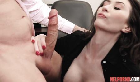 Послушная секретарша удовлетворяет во время работы озабоченного босса