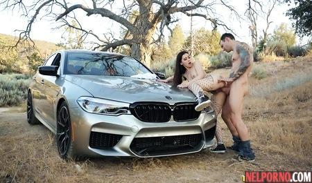 Парень вывез на машине красотку на природу и там трахнул ее в киску