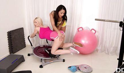 Две подружки лесбиянки с большими сиськами развлекают друг друга игрушками