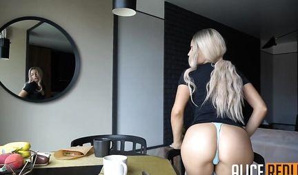 Блонда выпила кофе, упала на колени и снялась в оральной домашке с приятелем