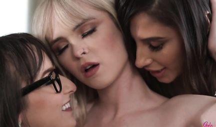 Две шлюшки пришли на тест и сами не заметили как попали на групповое лесбийское порно