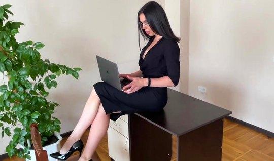 Русская брюнетка секретарша на работе делает боссу минет и п...
