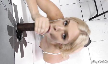 Блонда дрочит письку в комнате отдыха и сосет черный член глорихоле